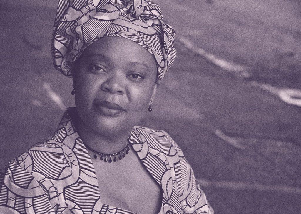 Leymah Gbowee posando