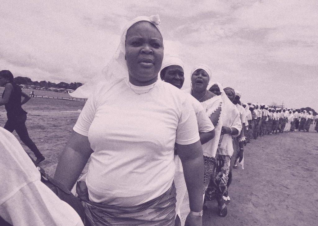 Leymah Gbowee liderando una de las protestas
