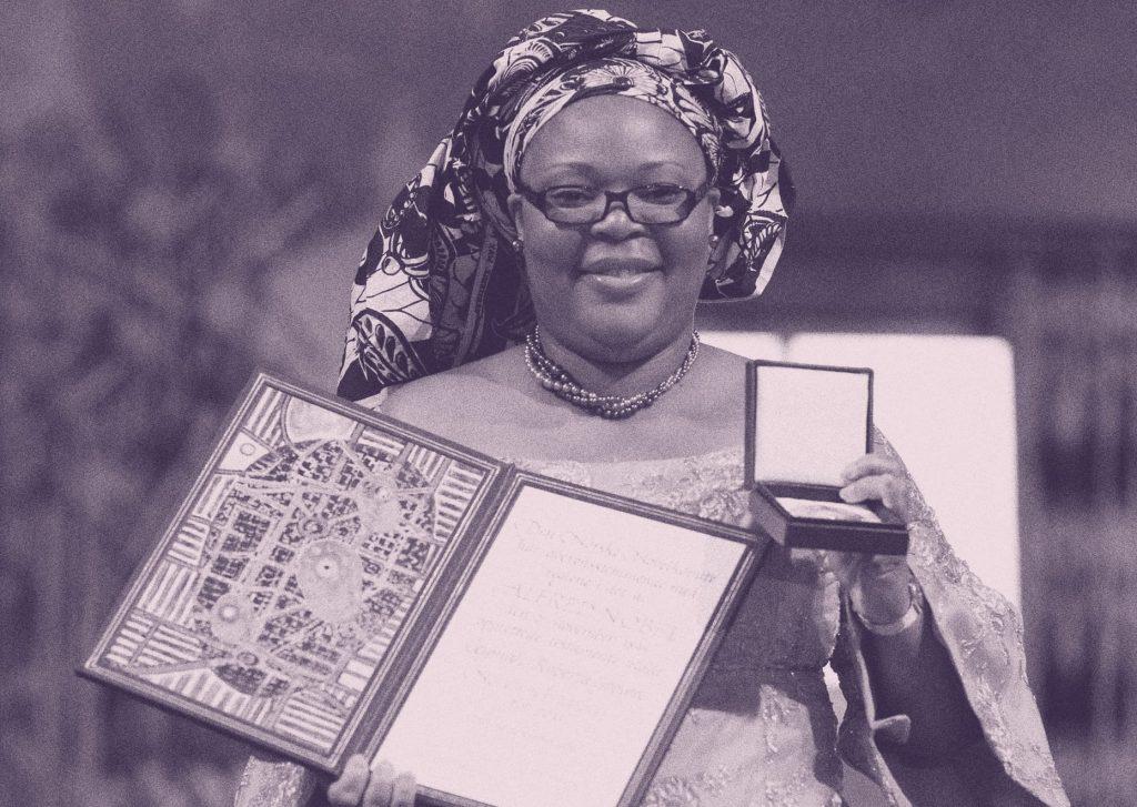 Leymah Gbowee posa con el Premio Nobel de la Paz